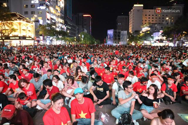 Người dân rộn ràng cờ hoa xuống phố, cháy hết mình cùng đội tuyển Việt Nam trong trận đấu với Philippines - Ảnh 6.