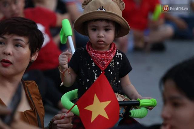 Người dân rộn ràng cờ hoa xuống phố, cháy hết mình cùng đội tuyển Việt Nam trong trận đấu với Philippines - Ảnh 15.