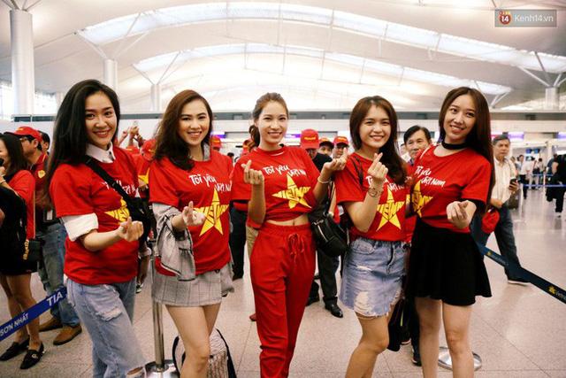 """Dàn hotgirl cùng hàng trăm CĐV Việt """"nhuộm đỏ"""" sân bay trước khi sang Philippines """"tiếp lửa"""" thầy trò HLV Park Hang Seo - Ảnh 7."""