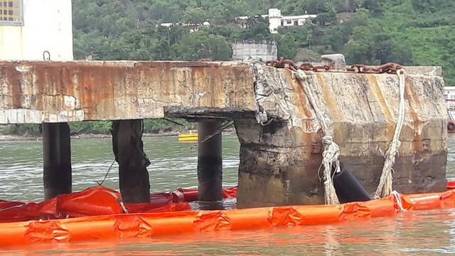 Cận cảnh vụ tàu chở dầu đâm cầu cảng, khiến dầu tràn ra biển - Ảnh 10.