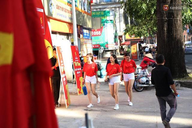Người dân rộn ràng cờ hoa xuống phố, cháy hết mình cùng đội tuyển Việt Nam trong trận đấu với Philippines - Ảnh 23.