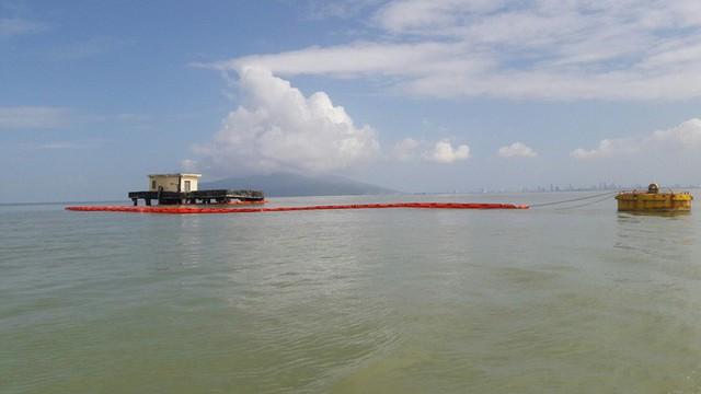 Cận cảnh vụ tàu chở dầu đâm cầu cảng, khiến dầu tràn ra biển - Ảnh 11.