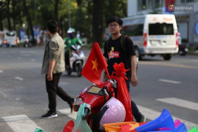 Người dân rộn ràng cờ hoa xuống phố, cháy hết mình cùng đội tuyển Việt Nam trong trận đấu với Philippines - Ảnh 24.