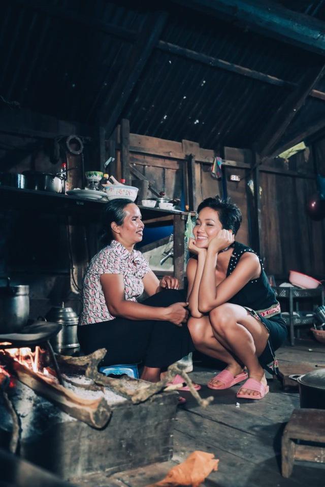Khoảnh khắc giản dị của H'Hen Niê và mẹ tại quê nhà gây sốt cộng đồng fan quốc tế - Ảnh 1.