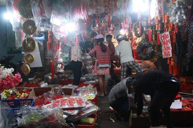 Chợ đồ Giáng sinh lớn nhất TP.HCM nhộn nhịp suốt đêm  - Ảnh 1.