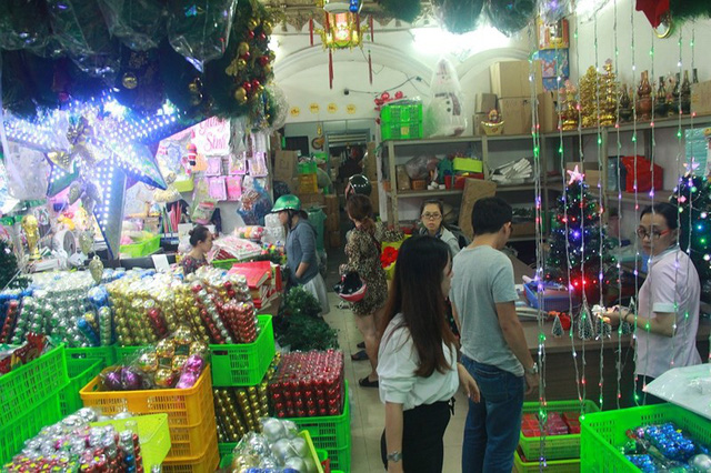 Chợ đồ Giáng sinh lớn nhất TP.HCM nhộn nhịp suốt đêm  - Ảnh 2.