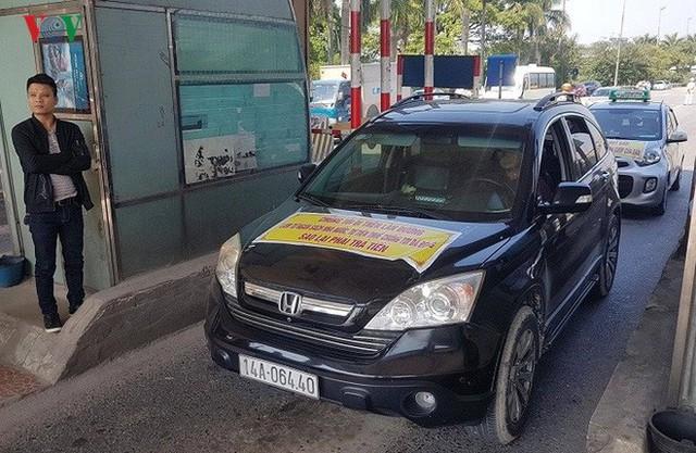 """Hình ảnh trạm BOT Bắc Thăng Long – Nội Bài """"thất thủ"""" do lái xe phản đối - Ảnh 1."""