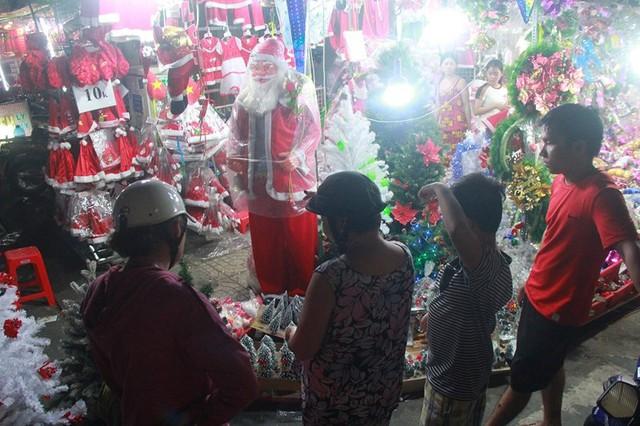 Chợ đồ Giáng sinh lớn nhất TP.HCM nhộn nhịp suốt đêm  - Ảnh 11.