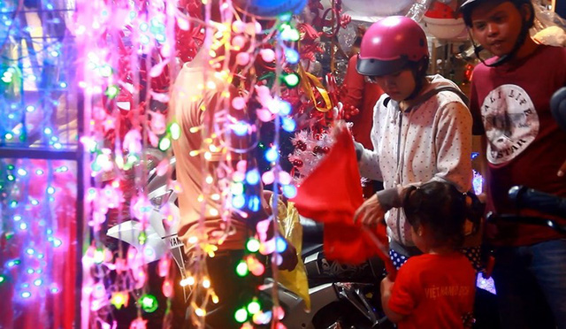 Chợ đồ Giáng sinh lớn nhất TP.HCM nhộn nhịp suốt đêm  - Ảnh 6.