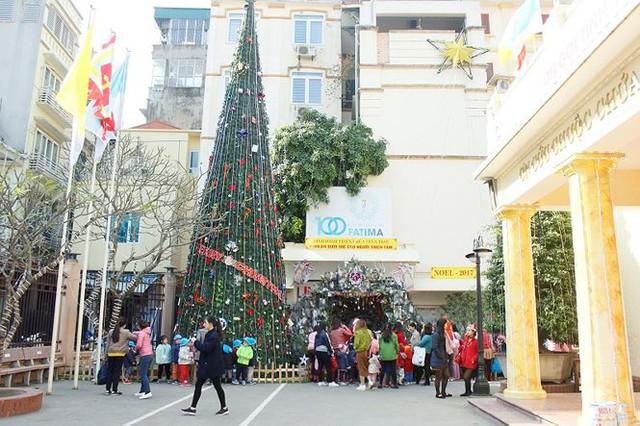 Công an Hà Nội tổ chức trông xe miễn phí trong dịp lễ Giáng sinh - Ảnh 1.