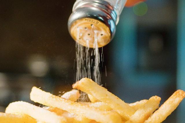Ung thư dạ dày có thể xuất phát từ chính những thói quen ăn uống mà bạn tưởng là vô hại - Ảnh 1.