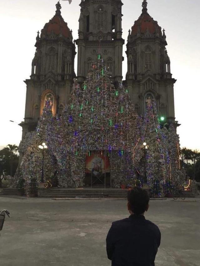 Cháy lớn khu vực trang trí Giáng sinh tại nhà thờ ở Nam Định - Ảnh 1.