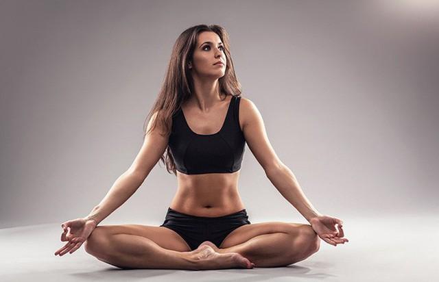 Các tư thế tập yoga giúp giảm stress và ngăn ngừa lão hóa - Ảnh 2.