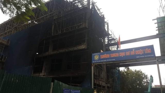 Hà Nội: Cháy lớn ở công trình đang xây sát trường học, khói bốc cao cả chục mét - Ảnh 1.