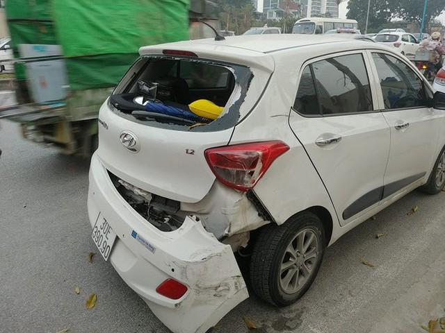 Ô tô đâm liên hoàn trên phố Hà Nội, 2 xe sang Mercedes và BMW hư hỏng nặng - Ảnh 1.