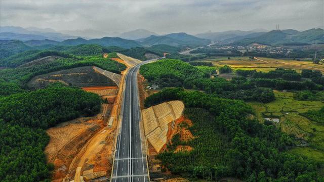 Cận cảnh cao tốc 12.000 tỉ xuyên rừng kết nối với sân bay Vân Đồn - Ảnh 4.