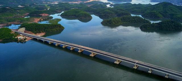 Cận cảnh cao tốc 12.000 tỉ xuyên rừng kết nối với sân bay Vân Đồn - Ảnh 5.