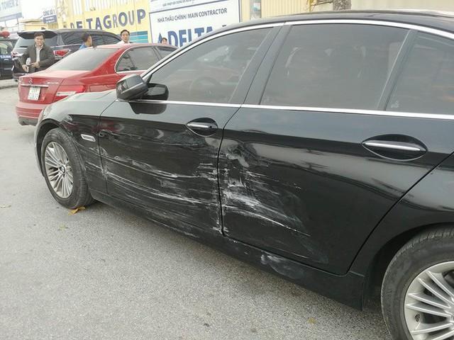 Ô tô đâm liên hoàn trên phố Hà Nội, 2 xe sang Mercedes và BMW hư hỏng nặng - Ảnh 4.
