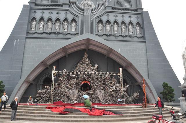 Lạ mắt hang đá đêm Noel được trang trí bể cá, với cá sấu hỏa tiễn 12kg ở Nam Định - Ảnh 1.