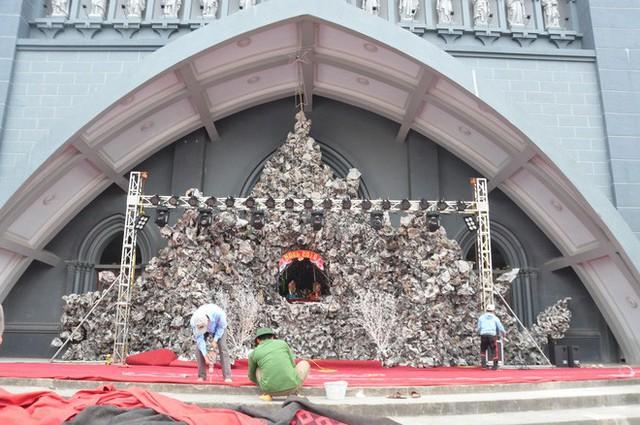Lạ mắt hang đá đêm Noel được trang trí bể cá, với cá sấu hỏa tiễn 12kg ở Nam Định - Ảnh 2.
