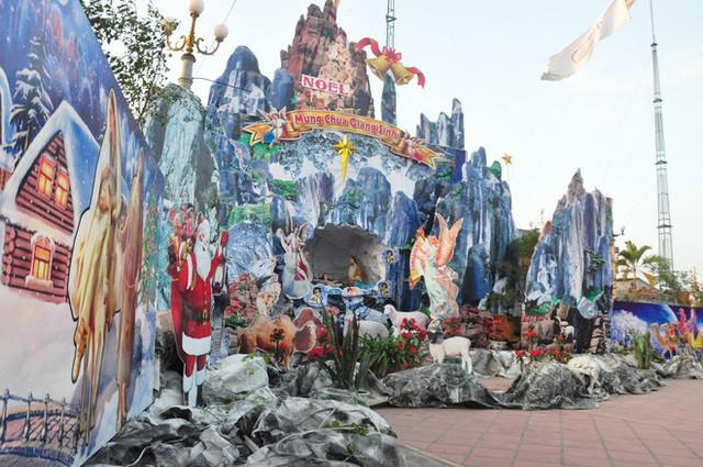 Lạ mắt hang đá đêm Noel được trang trí bể cá, với cá sấu hỏa tiễn 12kg ở Nam Định - Ảnh 12.