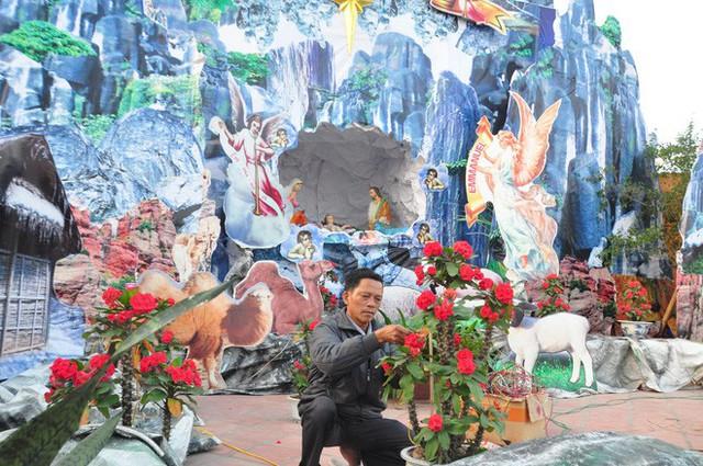 Lạ mắt hang đá đêm Noel được trang trí bể cá, với cá sấu hỏa tiễn 12kg ở Nam Định - Ảnh 13.