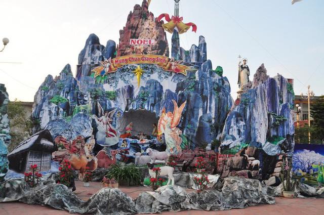 Lạ mắt hang đá đêm Noel được trang trí bể cá, với cá sấu hỏa tiễn 12kg ở Nam Định - Ảnh 14.