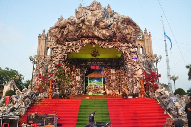 Lạ mắt hang đá đêm Noel được trang trí bể cá, với cá sấu hỏa tiễn 12kg ở Nam Định - Ảnh 15.