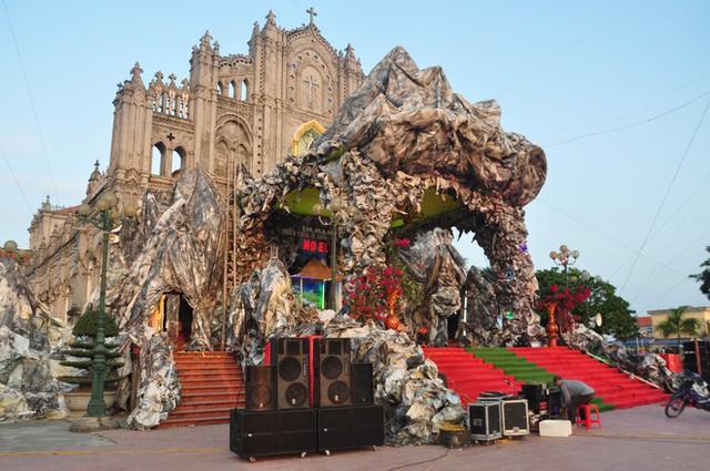 Lạ mắt hang đá đêm Noel được trang trí bể cá, với cá sấu hỏa tiễn 12kg ở Nam Định - Ảnh 16.
