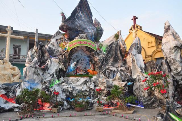 Lạ mắt hang đá đêm Noel được trang trí bể cá, với cá sấu hỏa tiễn 12kg ở Nam Định - Ảnh 17.