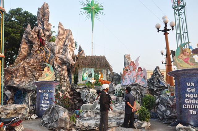 Lạ mắt hang đá đêm Noel được trang trí bể cá, với cá sấu hỏa tiễn 12kg ở Nam Định - Ảnh 18.