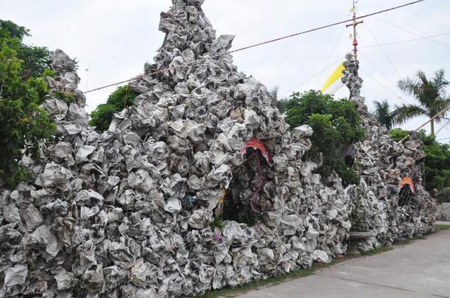 Lạ mắt hang đá đêm Noel được trang trí bể cá, với cá sấu hỏa tiễn 12kg ở Nam Định - Ảnh 3.