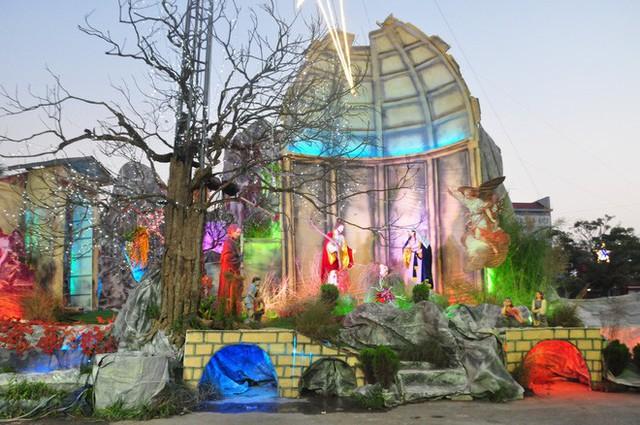 Lạ mắt hang đá đêm Noel được trang trí bể cá, với cá sấu hỏa tiễn 12kg ở Nam Định - Ảnh 23.