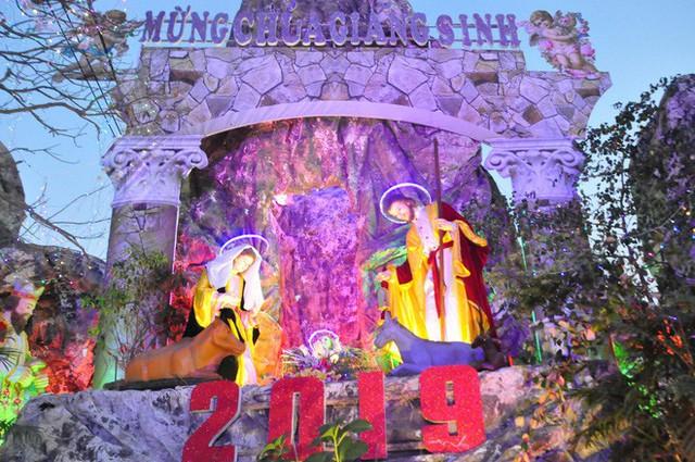 Lạ mắt hang đá đêm Noel được trang trí bể cá, với cá sấu hỏa tiễn 12kg ở Nam Định - Ảnh 26.