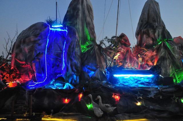 Lạ mắt hang đá đêm Noel được trang trí bể cá, với cá sấu hỏa tiễn 12kg ở Nam Định - Ảnh 27.