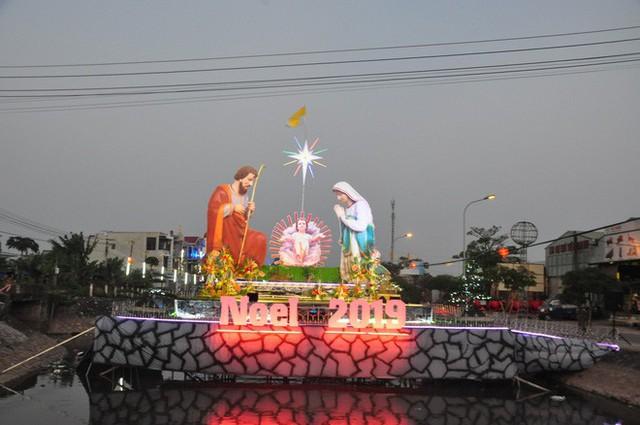 Lạ mắt hang đá đêm Noel được trang trí bể cá, với cá sấu hỏa tiễn 12kg ở Nam Định - Ảnh 28.