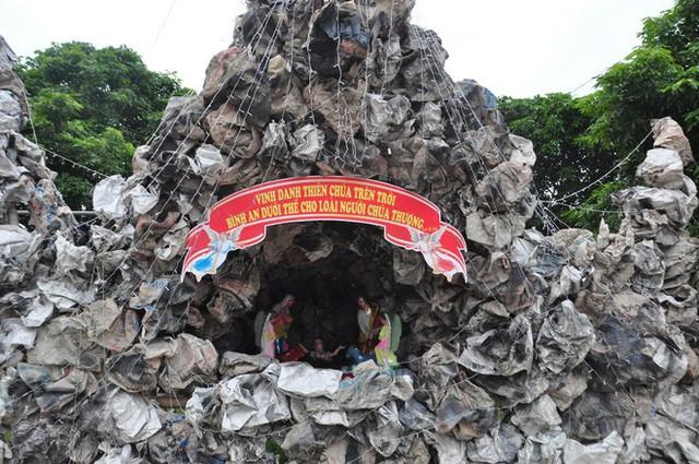 Lạ mắt hang đá đêm Noel được trang trí bể cá, với cá sấu hỏa tiễn 12kg ở Nam Định - Ảnh 4.