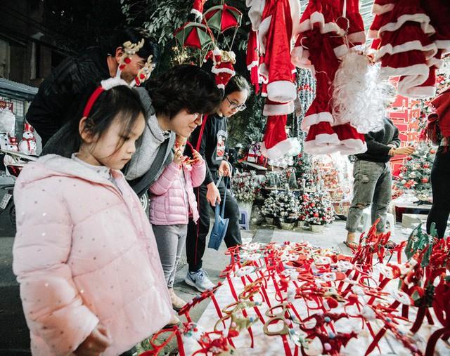 Rực rỡ sắc màu Noel trên đường phố Hà Nội - Ảnh 4.