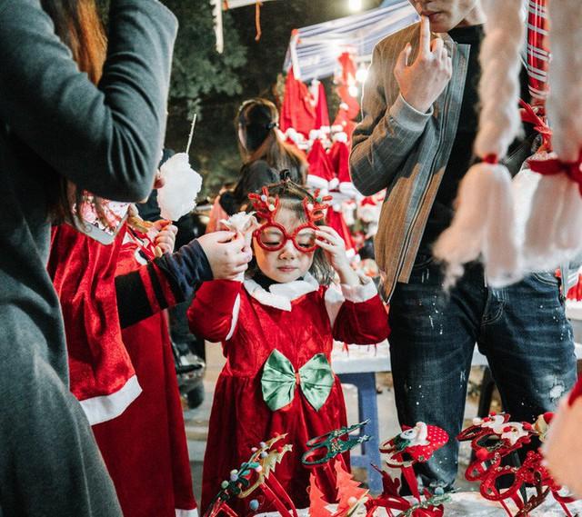 Rực rỡ sắc màu Noel trên đường phố Hà Nội - Ảnh 5.
