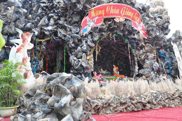 Lạ mắt hang đá đêm Noel được trang trí bể cá, với cá sấu hỏa tiễn 12kg ở Nam Định - Ảnh 6.