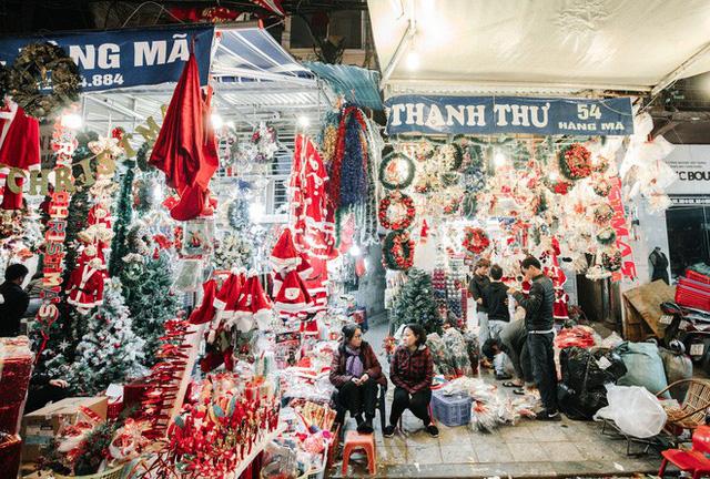 Rực rỡ sắc màu Noel trên đường phố Hà Nội - Ảnh 6.