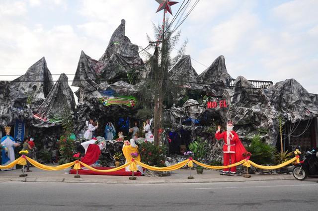 Lạ mắt hang đá đêm Noel được trang trí bể cá, với cá sấu hỏa tiễn 12kg ở Nam Định - Ảnh 7.
