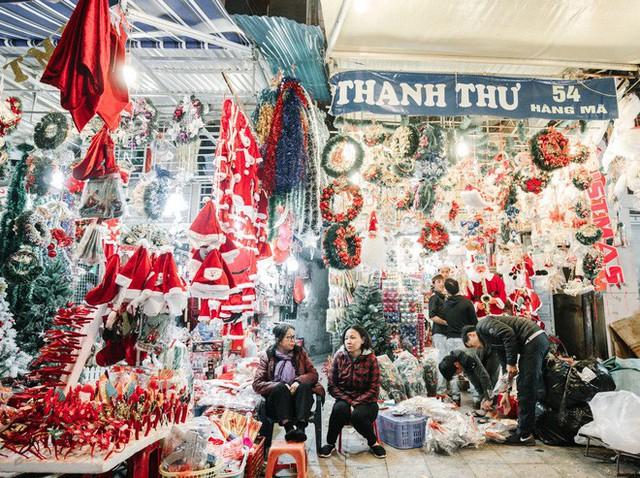 Rực rỡ sắc màu Noel trên đường phố Hà Nội - Ảnh 7.