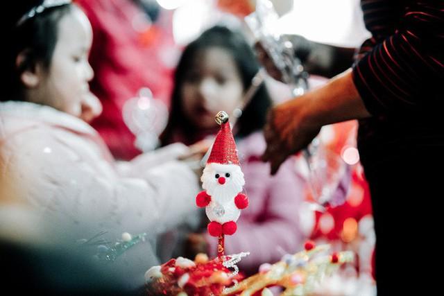 Rực rỡ sắc màu Noel trên đường phố Hà Nội - Ảnh 8.