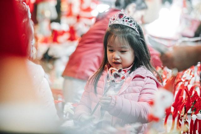 Rực rỡ sắc màu Noel trên đường phố Hà Nội - Ảnh 9.