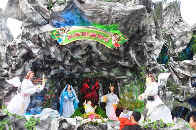 Lạ mắt hang đá đêm Noel được trang trí bể cá, với cá sấu hỏa tiễn 12kg ở Nam Định - Ảnh 10.