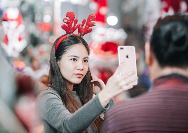 Rực rỡ sắc màu Noel trên đường phố Hà Nội - Ảnh 10.