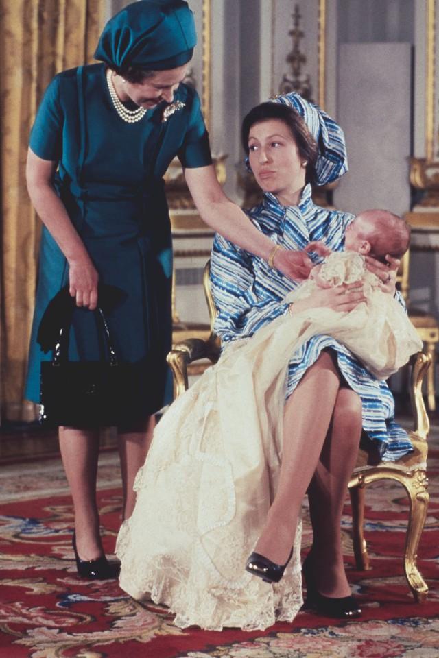 Hai hình ảnh đối lập nhưng dung hoà trong Nữ hoàng Anh: Một người phụ nữ quyền lực và một người bà dịu dàng, bao dung - Ảnh 4.