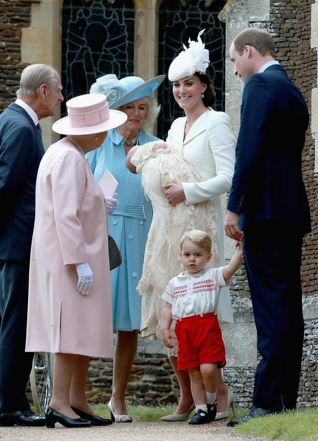 Hai hình ảnh đối lập nhưng dung hoà trong Nữ hoàng Anh: Một người phụ nữ quyền lực và một người bà dịu dàng, bao dung - Ảnh 7.