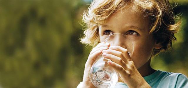 Cậu bé 9 tuổi có hơn 50 viên sỏi trong thận, nguyên nhân không ngờ là từ chính thói quen ăn uống này - Ảnh 2.